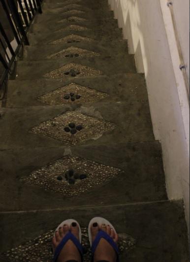 menuruni tangga1
