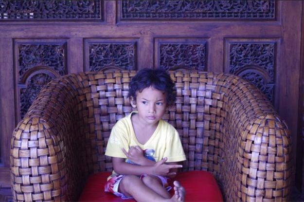 seorang anak yang menunggu