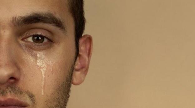 laki-laki menangis