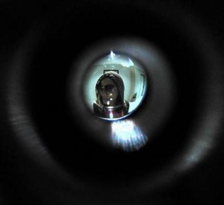 mengintip siapa dibalik pintu1