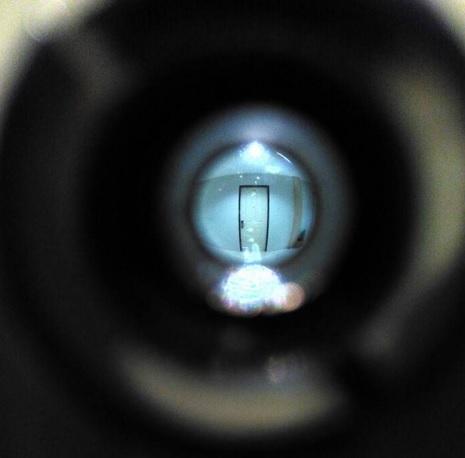 mengintip siapa dibalik pintu4