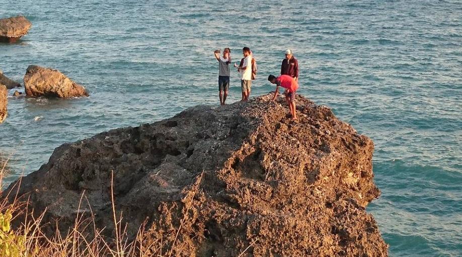 Pantai Batu burung Oebali8