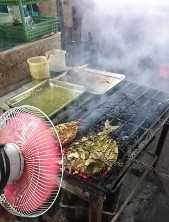 makan ikan bakar di kampung solor 3